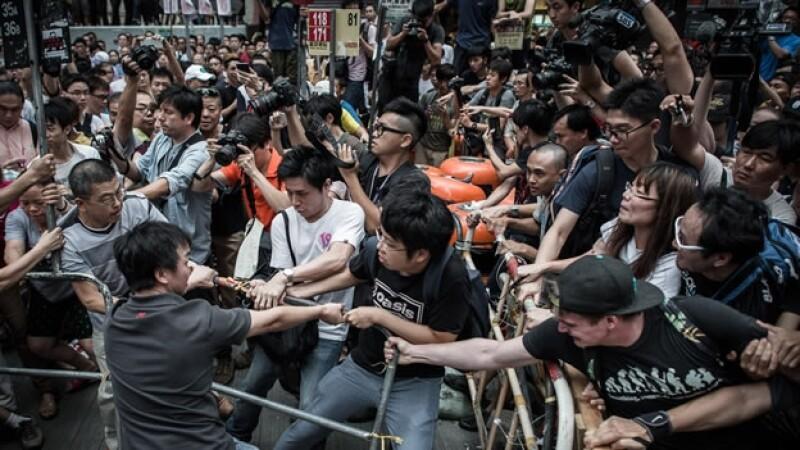 Manifestantes por la democracia y opositores a las protestas se enfrentaron el viernes en Hong Kong