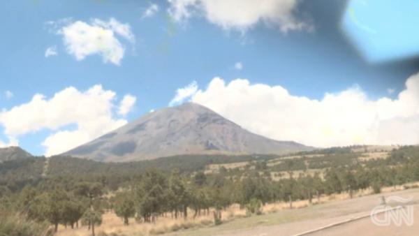 Mexicanos a la sombra del Popocatépetl, preocupados tras emergencia en Guatemala