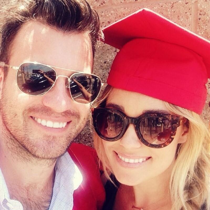 William Tell se graduó este año de la carrera de leyes y Lauren estuvo ahí para apoyarlo; usando el birrete de su entonces novio compartió esta foto.