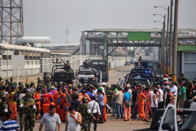 La explosión en una planta de Pemex al sur de México dejó 13 muertos y decenas de heridos, informaron las autoridades.
