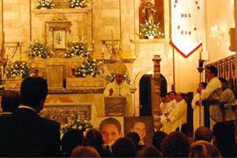 """En la ceremonia religiosa, el obispo de la Diócesis de Campeche, Ramón Castro, manifestó su pésame a la familia de Mouriño Terrazo y de su colaborador Arcadio Echeverría, y ofreció palabras de aliento en el entendido de que """"Juan Camilo está en las mejore"""