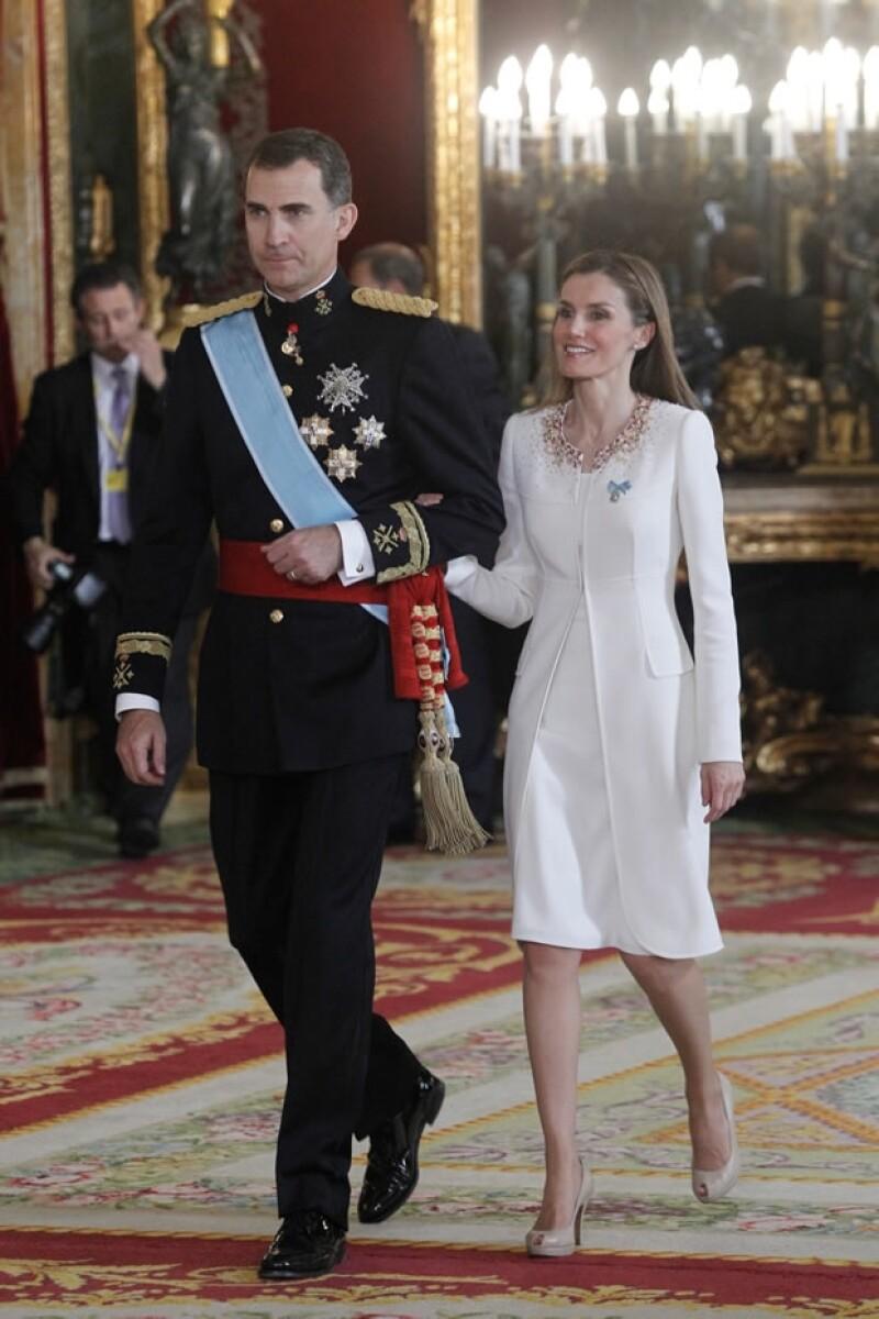 Ser la esposa del nuevo rey de España parece un cuento de hadas, pero la vida de Letizia Ortiz Rocasolano no lo es. ¿A qué tuvo que renunciar para llegar al trono?