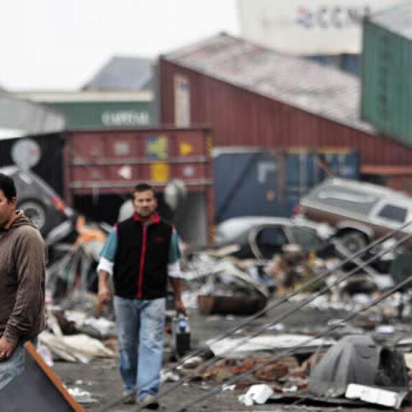 Habitantes de la cuidad costera de Talcahuano, cercana a Concepción, recorren las calles devastadas por el sismo del sábado