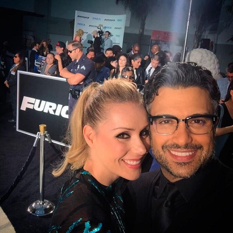 El actor por su parte publicó una selfie con su esposa en su paso por la red carpet de Fast & Furious.