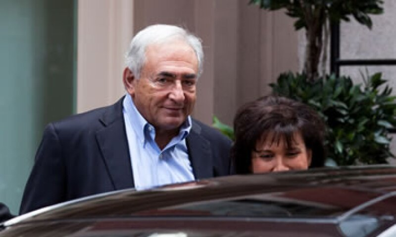 Este sábado, el primer día después del levantamiento del arresto domiciliario, Strauss-Kahn y su esposa salieron de su casa por unas horas. (Foto: AP)