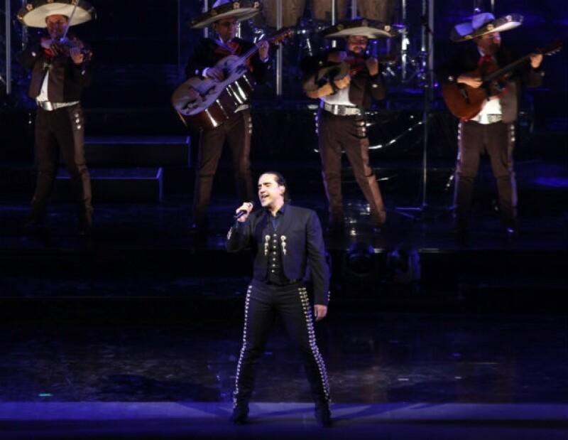 En mayo, Alejandro llevó su gira con mucho éxito por la Ciudad de México.