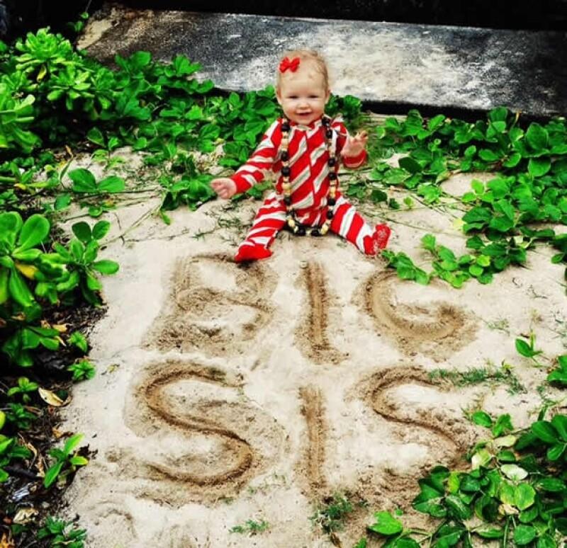 Jessica compartió esta foto donde sale su hija Maxwell y escribió: `Feliz Navidad de parte de mi familia para la suya´.