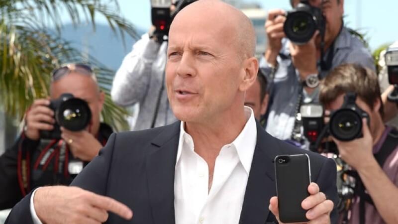 Bruce Willis atiende a fotografos en el festival de Cannes