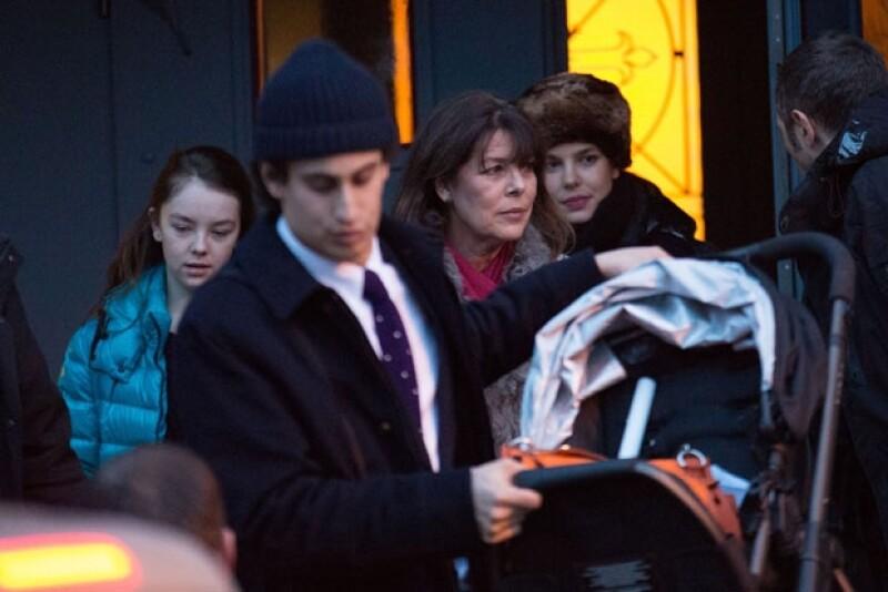 Alex fue captado cargando una carriola saliendo de la iglesia seguido de su ex `suegra´, Carolina de Mónaco y su ex novia, Carlota Casiraghi.