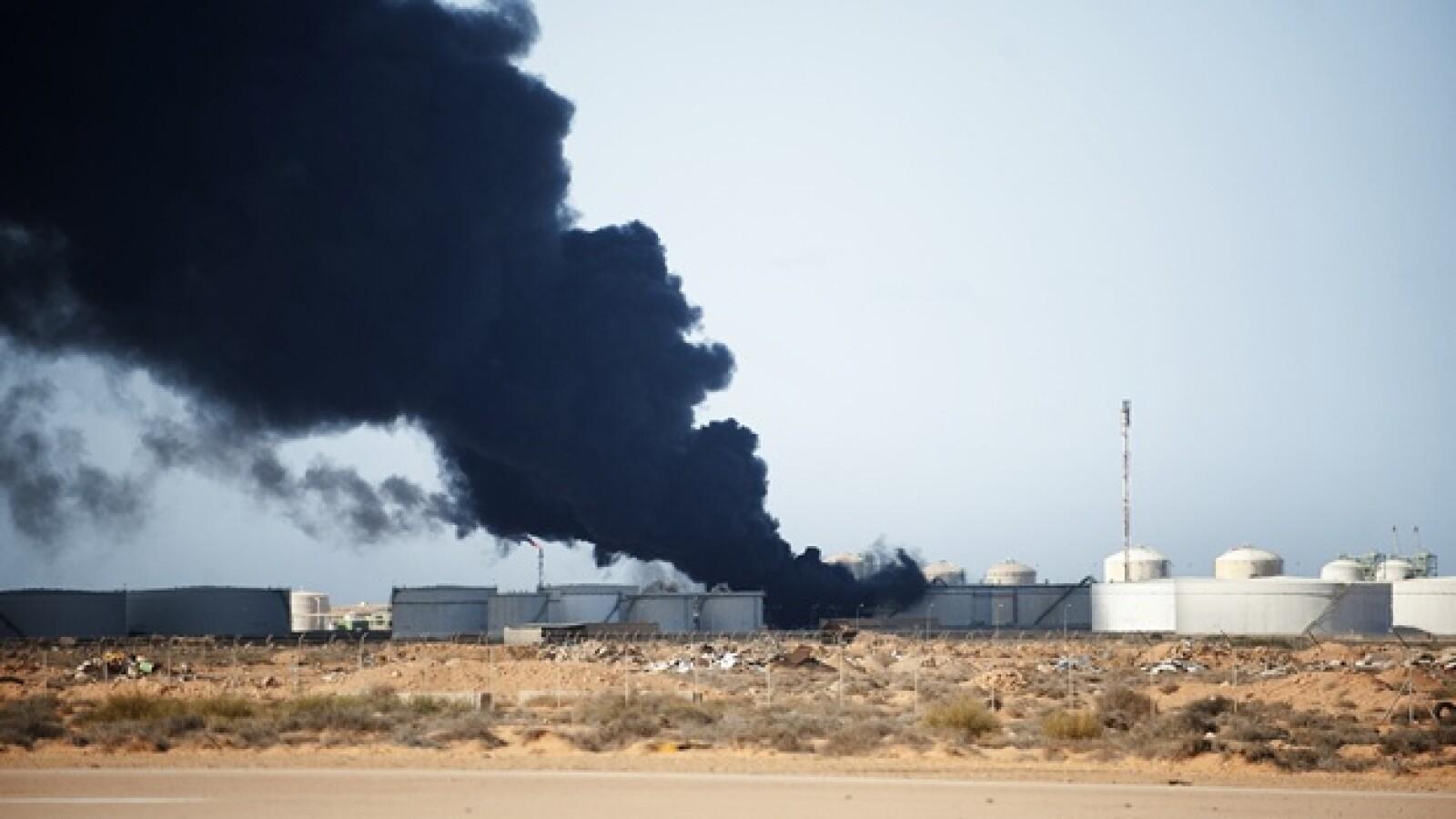 Libia - refinería incendiada