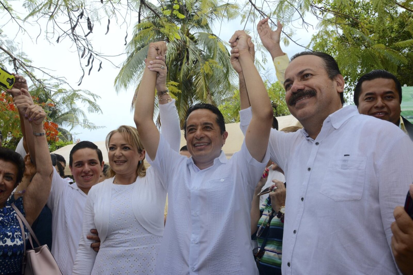 Carlos Joaquín, candidato de la alianza PAN-PRD a gobernador de Quintana Roo, @CarlosJoaquin, emitió su voto en Cancún.