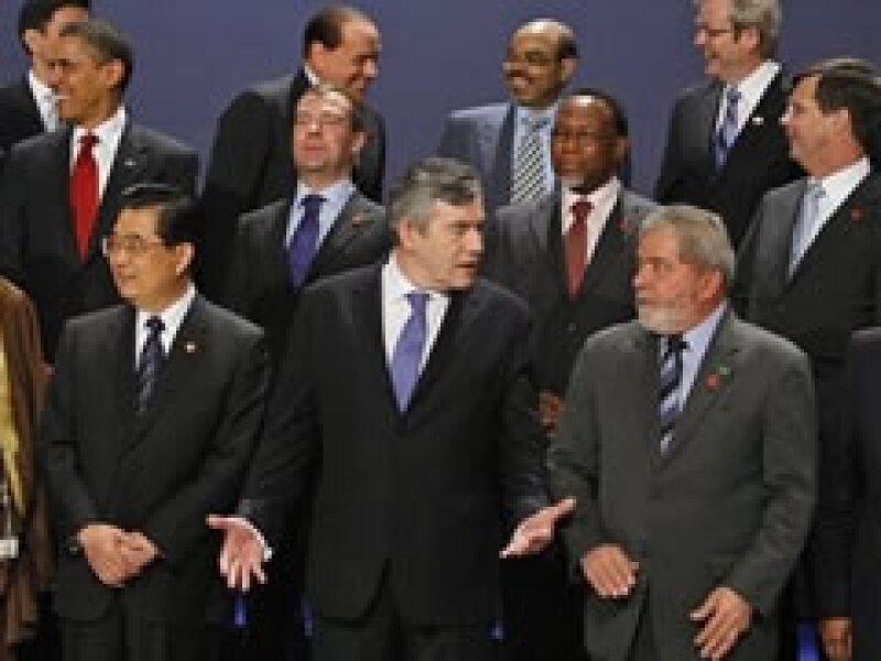 Gordon Brown (centro), primer ministro británico, encabeza el encuentro de líderes de 20 países en Londres. (Foto: AP)
