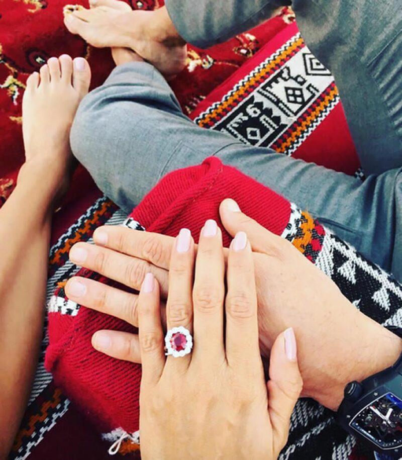 El anillo esta conformado por un Rubí Sangre de Pichón rodeado por 12 diamentes.