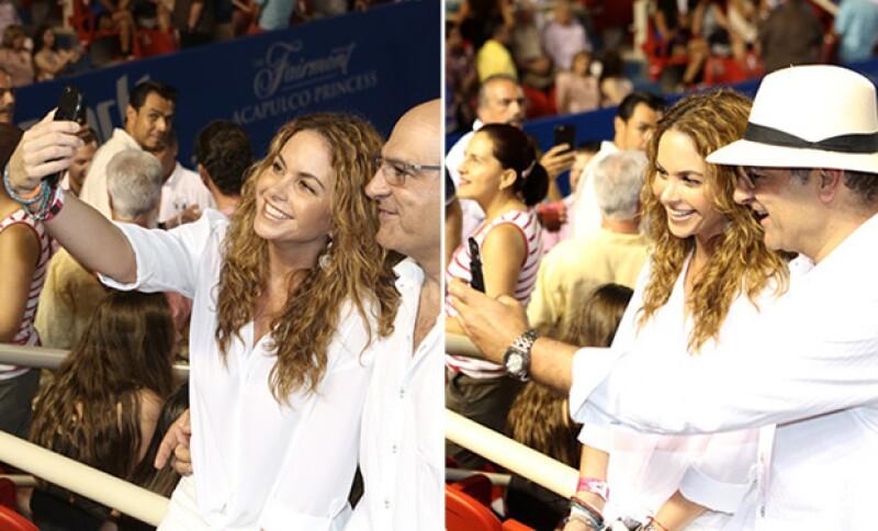 La pareja se tomó varias fotos para presumir su asistencia a la final de Tenis, ambos súper sonrientes.