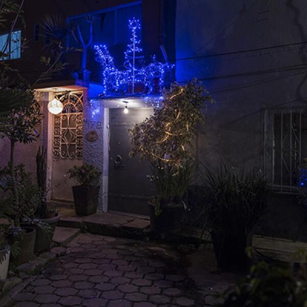 En otras zonas de la ciudad, como en Xochimilco, el espíritu navideño también se hace presente con decoraciones que incluso alcanzan las macetas afuera de las casas.