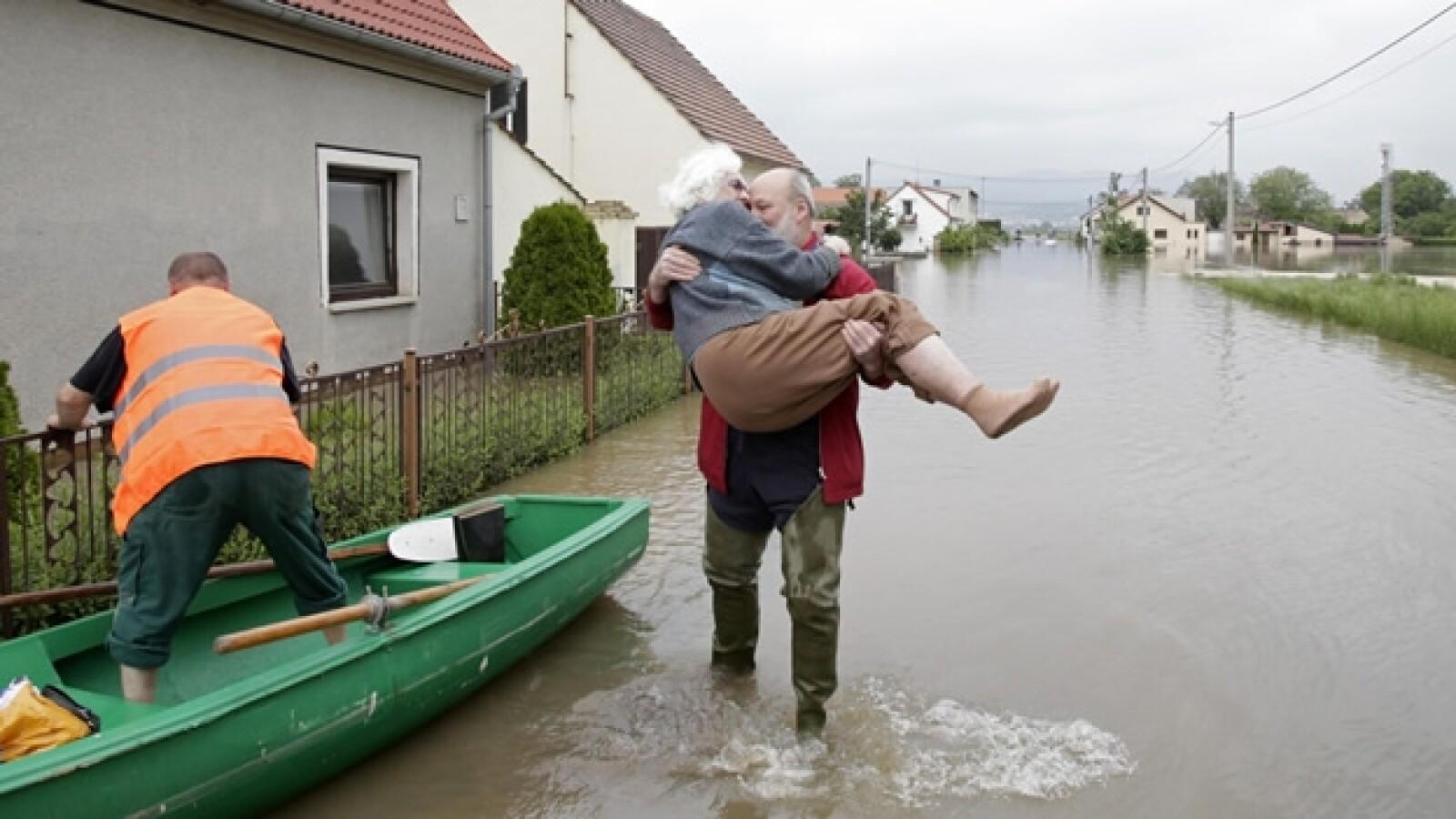un hombre ayuda a una mujer mayor