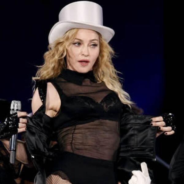 23/07/09.- La cantante estadounidense Madonna (c) actúa durante el concierto ofrecido en el estadio Vicente Calderón de Madrid, donde ha pre