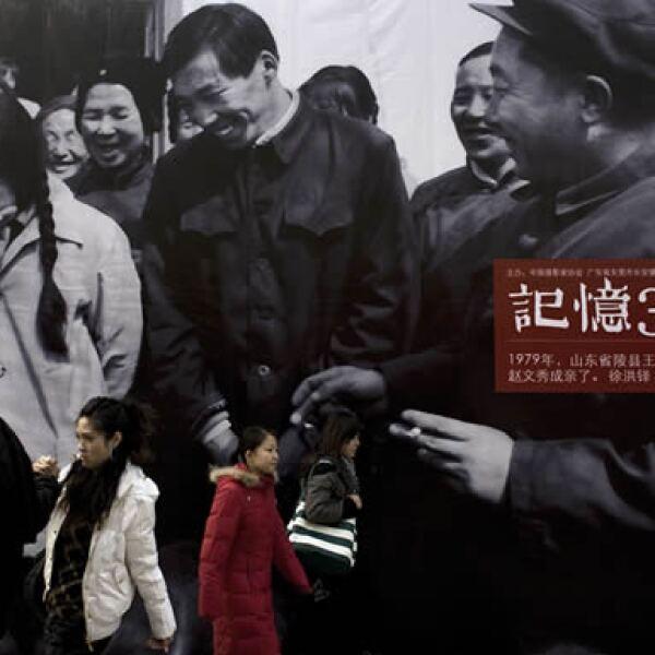Algunos ciudadanos chinos hacen sus compras en la cadena de tiendas estadounidense Wal-Mart.