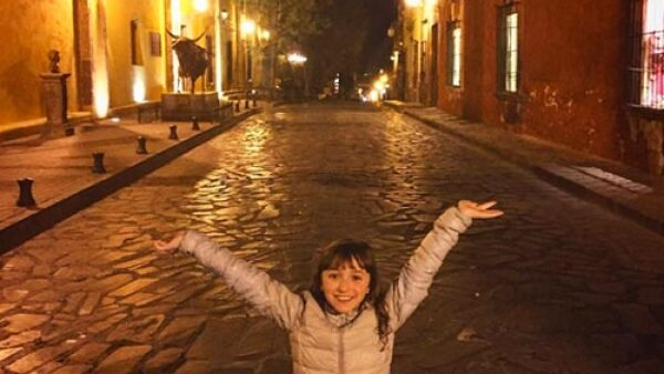 Manolo Caro, Cecilia Suárez y Juan Pablo Medina le jugaron la broma de bienvenida al mundo del cine a la pequeña hija de Andrea Legarreta y Erik Rubín.