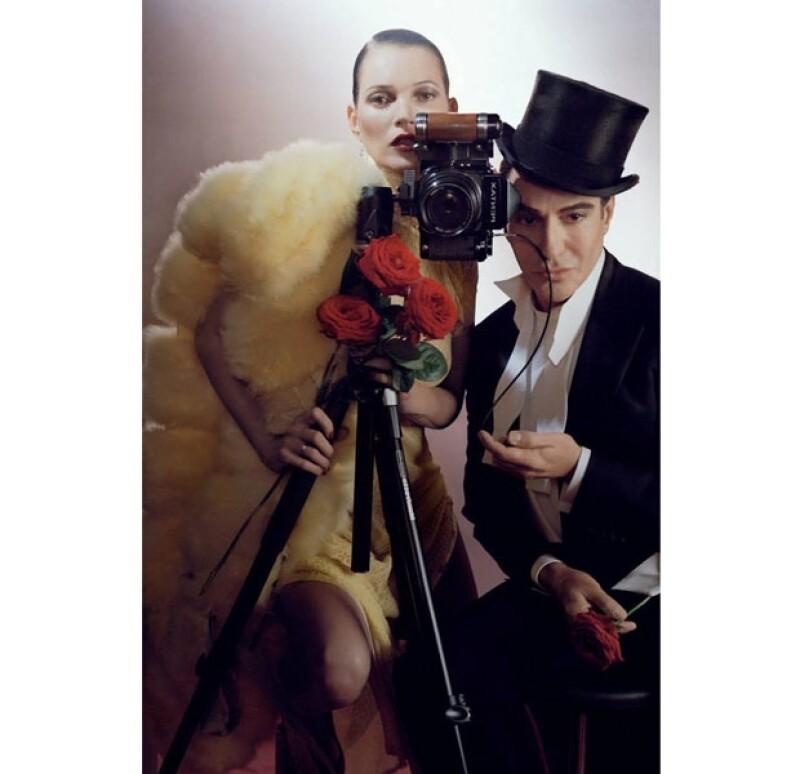 Tras ver derrumbada su carrera por su conducta antisemita en 2011, el ex director creativo de Dior trabajará con la veterana modelo en una sesión de fotos para la revista en la que trabaja.