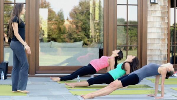 El yoga tiene beneficios positivos sobre la fuerza de los músculos y la salud mental. (Foto: Getty Images )