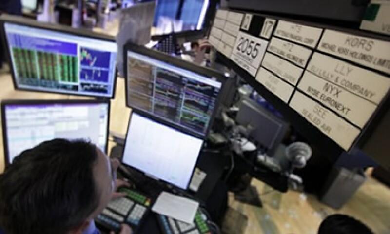 La jornada se mantuvo atenta al anuncio formal de S&P, sobre su rebaja a la nota de países en Europa. (Foto: AP)