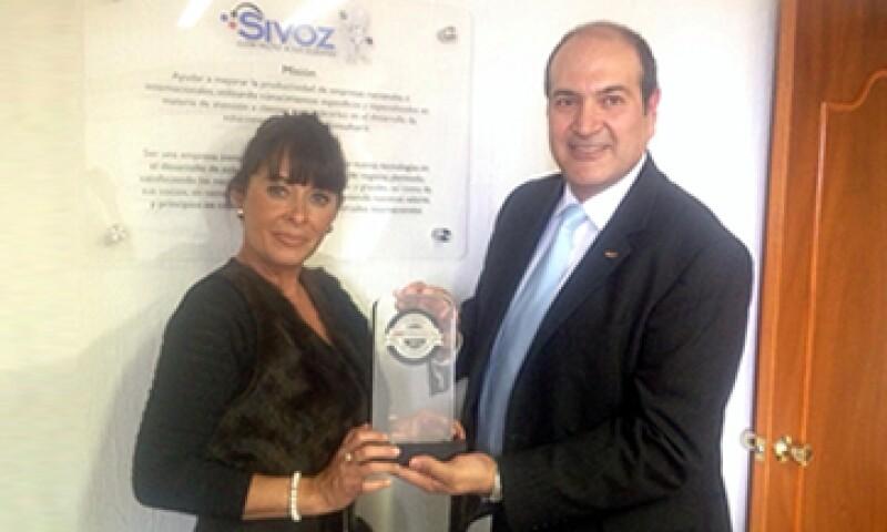 El director general de SiVoz México, Hugo Calderón, recibe el galardón. (Foto: Everardo Calderón )