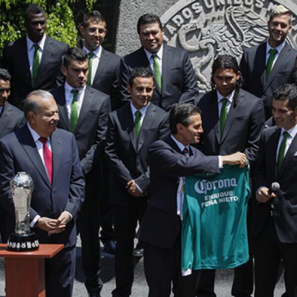 El León obsequió una playera al presidente durante su visita a la residencia oficial, tras ganar el Torneo de Apertura.