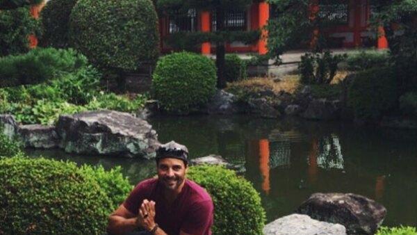 El cantante está maravillado con lo que ha conocido en su viaje a ese país, y lo comparte con sus fans a través de redes sociales.