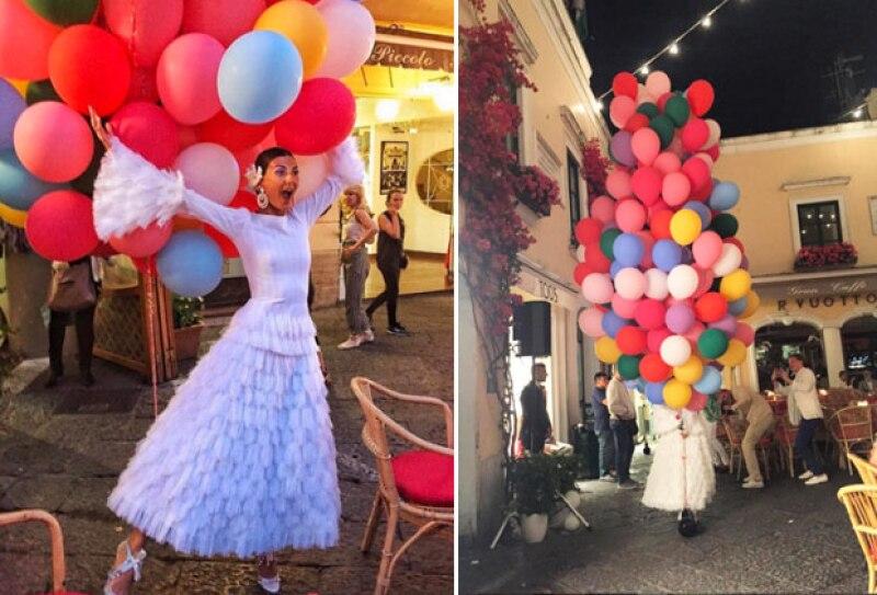 Para el ensayo, Giovanna llegó en un patín con globos de colores.