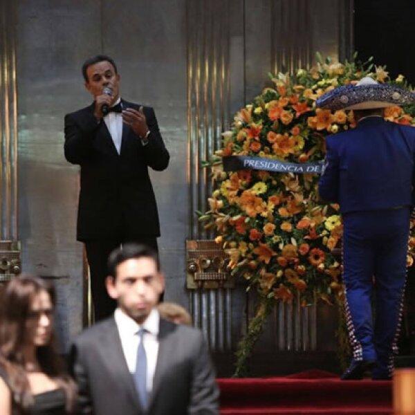 Fernando de la Mora cantó `Amor eterno´ al momento de que llegaron las cenizas a Bellas Artes.