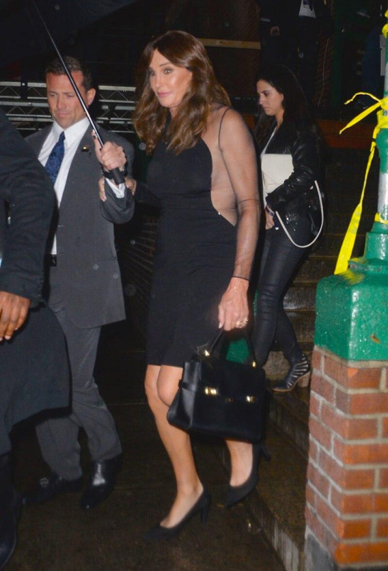 Caitlyn lució un vestido negro con transparencias para apoyar el debut de su hija Kendall en la pasarela de la marca.