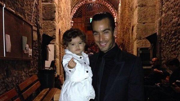 Aarón Díaz no pierde la oportunidad de pasar tiempo con Erin, su hija.