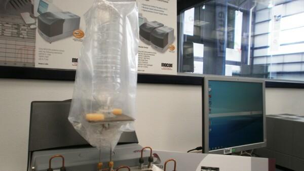 En el laboratorio de Envase y Embalaje se hacen pruebas de permeaci�n de oxigeno y agua