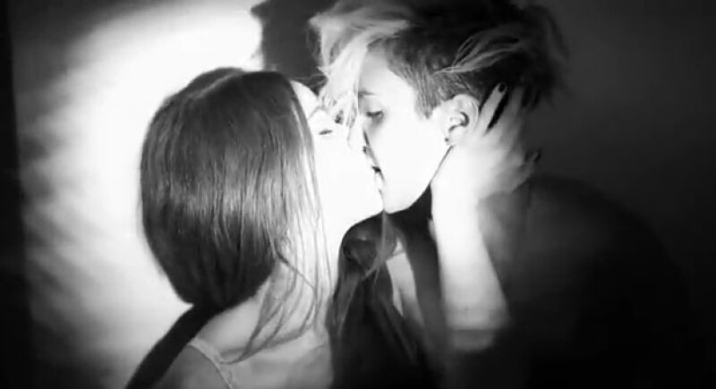 """La cantante Alejandra Ruiz retomó una imagen en su Instagram del video del sencillo  """"Amores residuales"""" que grabó con Sodi hace algún tiempo en el que intercambian escenas súper hot."""