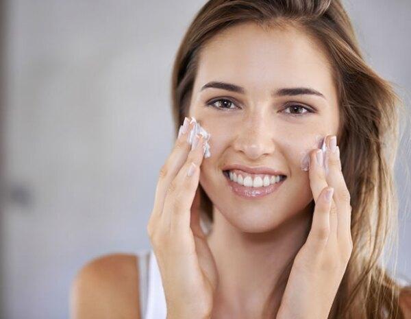 Opta por cremas más espesas en lugar de lociones líquidas para hidratar tu piel en otoño.