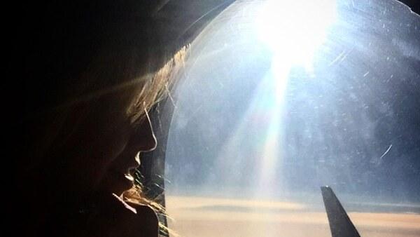 Tomando el avión al viejo continente. Thalía no pierde cada detalle para compartirlo con sus fans.