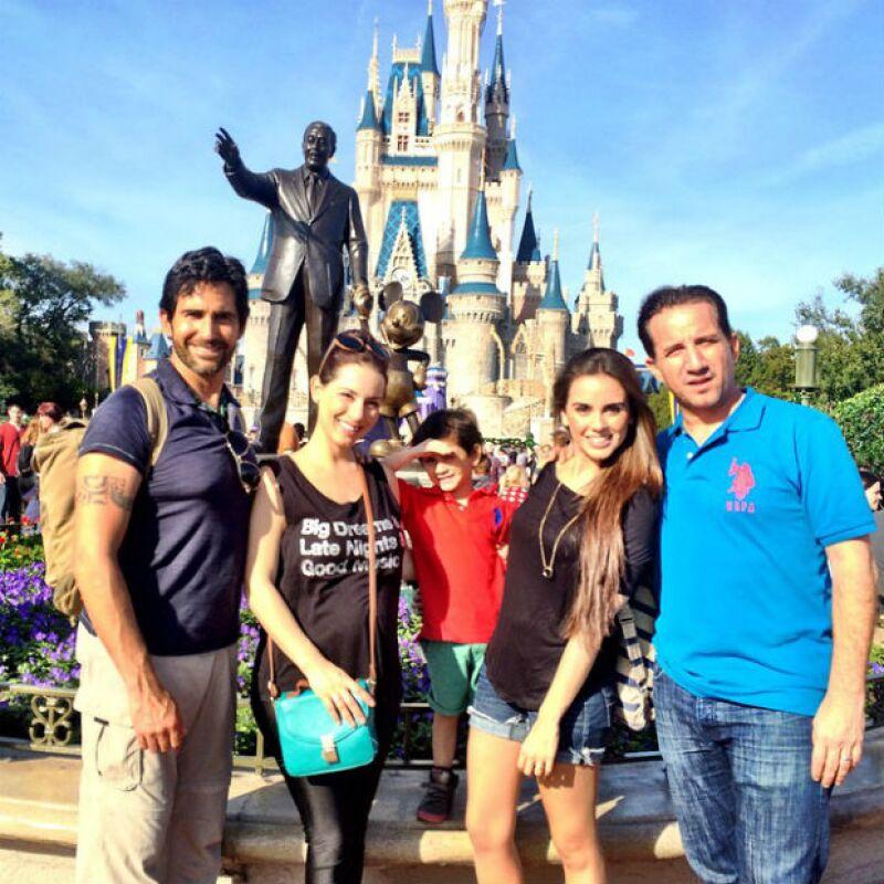 La actriz se encuentra de vacaciones en California con su esposo Eamonn y su hijo Iam, donde han compartido tiernas y románticas fotos desde divertidos lugares como Disneyland y Universal Studios.