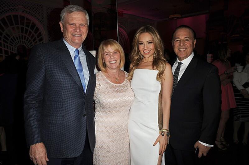 La pareja posó con Lili Estefan y el CEO de Univisión, Randy Falco.