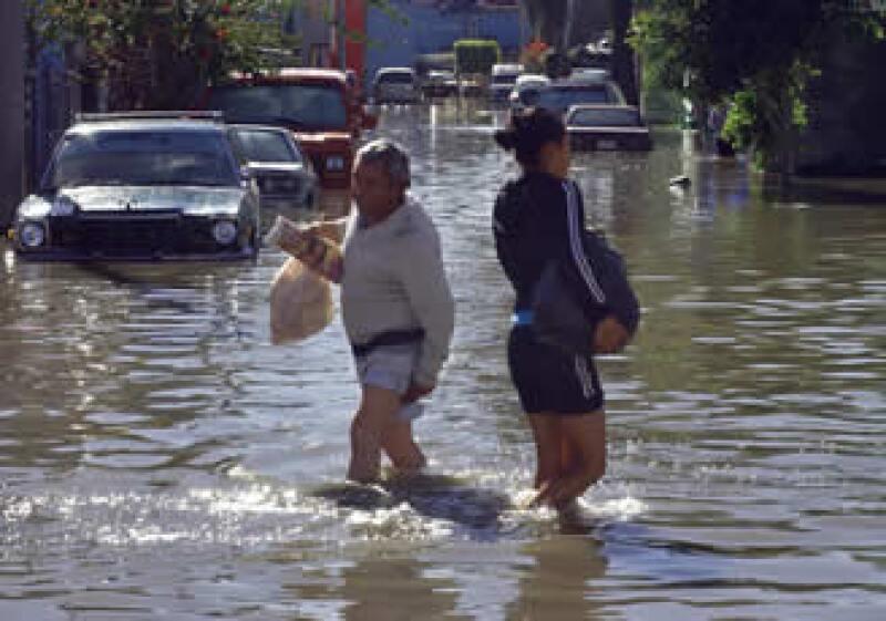 El Canal de la Compañía se desbordó, al colapsarse uno de sus muros en la autopista México-Puebla. (Foto: Notimex)
