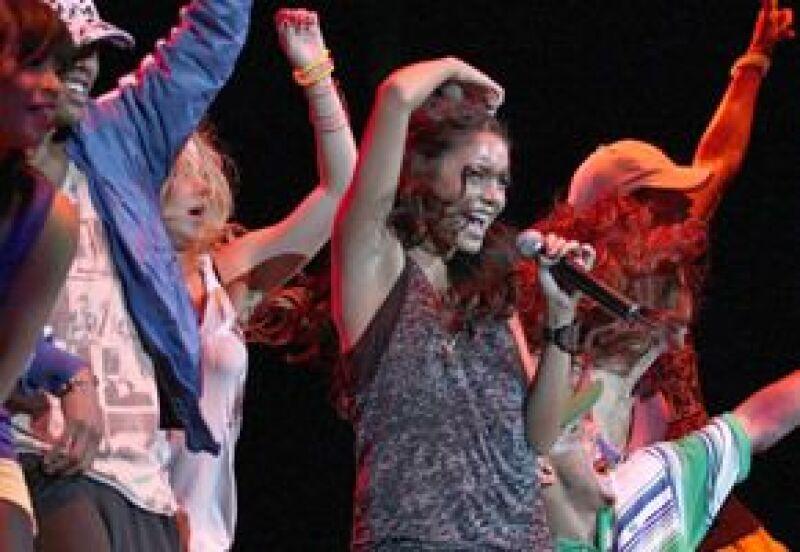 La actriz de High School Musical fue acompañada en el escenario por Mandy Moore.