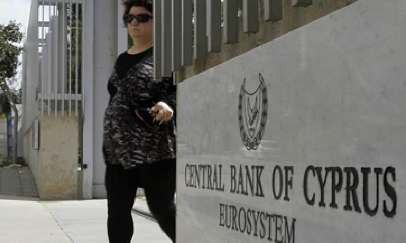 El Banco Central Europeo ha dicho que cortará la ayuda de liquidez de emergencia a los principales bancos de la isla. (Foto: AP)