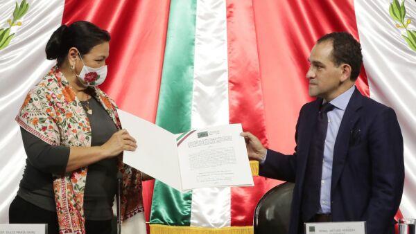El secretario de Hacienda Arturo Herrera entregó a Dulce María Sauri, presidenta de la mesa directiva de la Cámara de Diputados, el Paquete Económico para el Ejercicio Fiscal 2021.