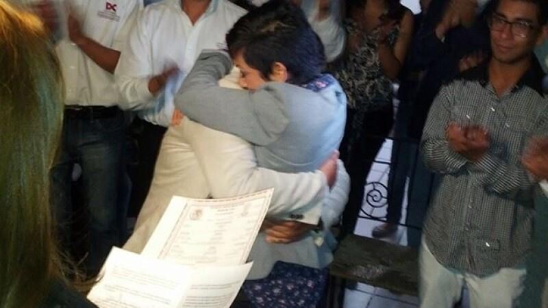 Alejandra Banderas (derecha) y Claudia López concretaron su matrimonio tras cuatro años de batalla legal.
