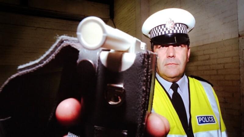 un policia con un alcoholimetro