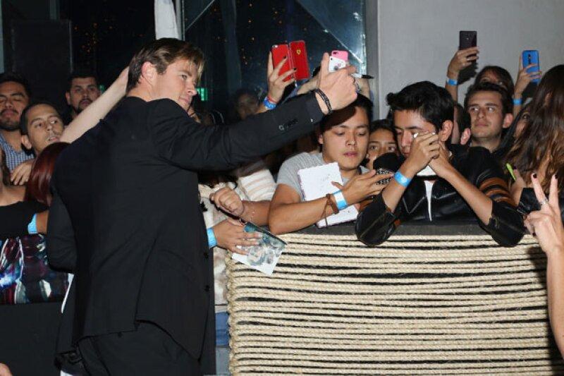 El actor se mostró bastante accesible y feliz de encontrarse de regreso en México.