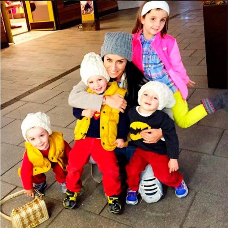 La conductora y sus cuatro hijos contribuyeron a combatir el frío invierno donando cobijas a personas que lo necesitan.