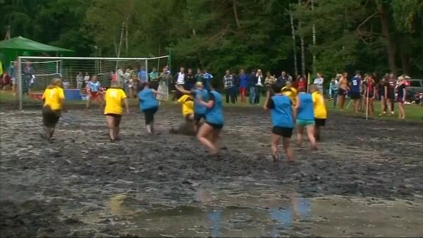 Así se juega el 'futbol de pantano' en Bielorrusia