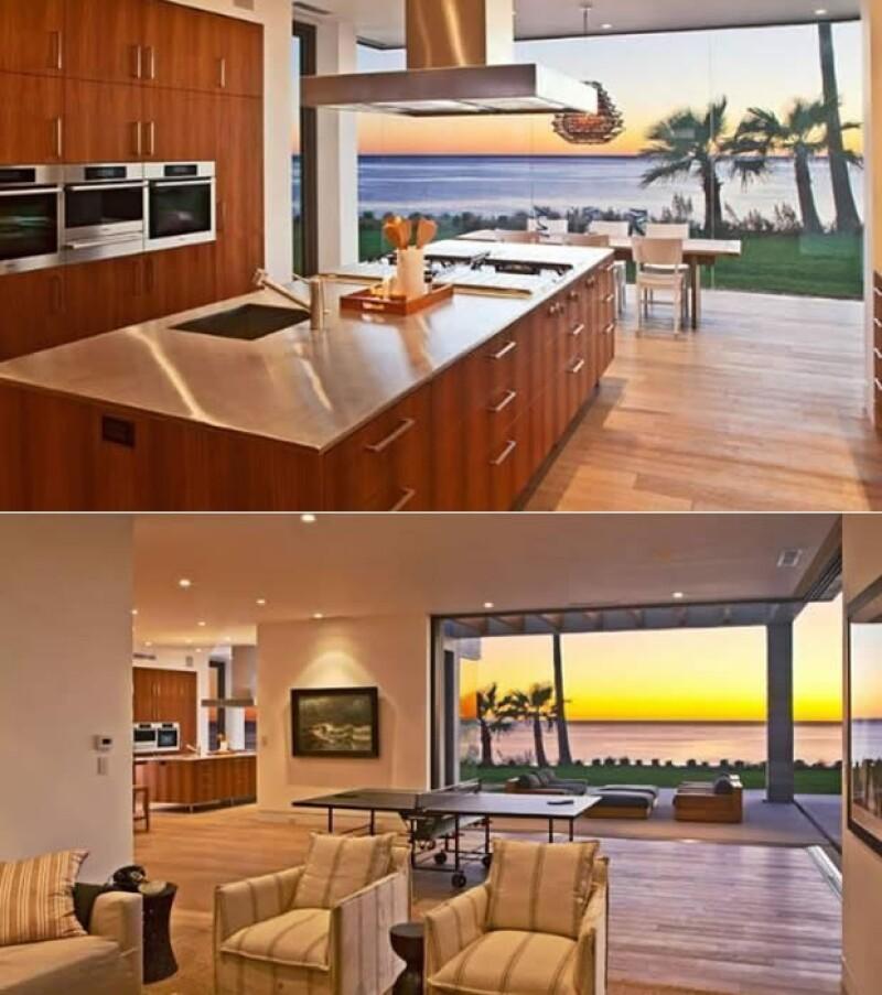 Aquí la cocina y otra de las salas, también se ve la mesa de ping pong y una de las terrazas.