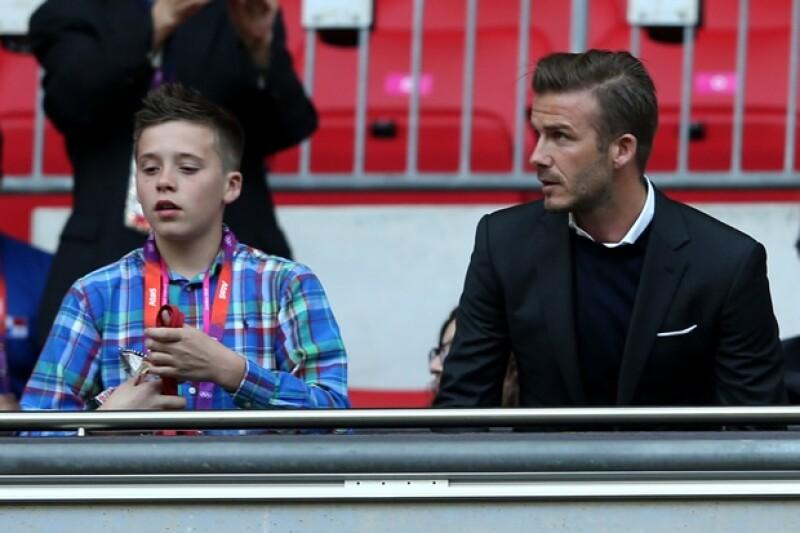 El heredero a la corona inglesa y el futbolista compartieron palco durante el juego de futbol entre Gran Bretaña y los Emiratos Árabes.